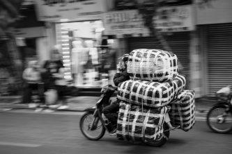 Delivery driver, Hanoi, Vietnam - foto Pete Walls da 'Unsplash'